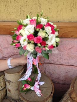 Букет из роз кения, эустомы, розы кустовой, зелень