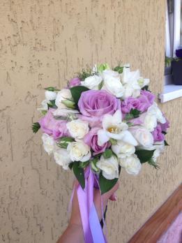 Букет из розы эквадор, эустомы, розы кустовой, фрезии