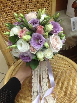 Букет из розы эквадор, эустомы, розы кустовой