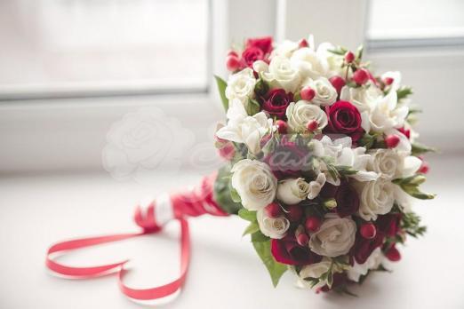 Букет из кустовых роз 12 шт, гиперикума 5 шт, фрезии 5 шт, рускуса 3шт