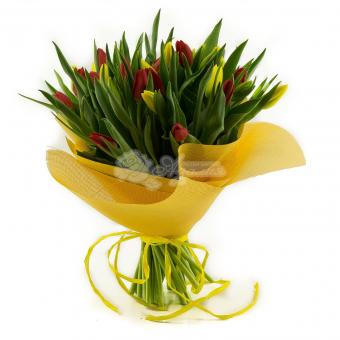 Букет из 33 тюльпанов в легкой упаковке