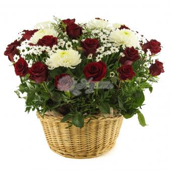Корзина розы с хризантемой